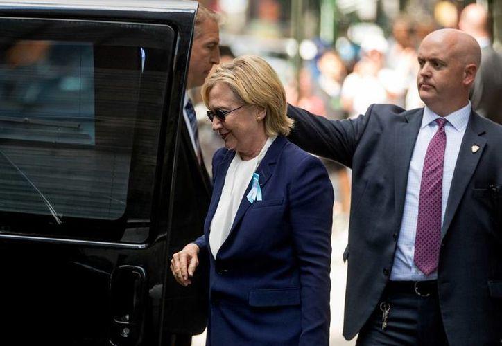 En la ceremonia del aniversario del 11-S, Hillary Clinton sufrió un desvanecimiento que, en un principio, se dijo que era por calor. Más tarde, su médico indicó que la demócrata padece neumonía. (AP/Andrew Harnik)