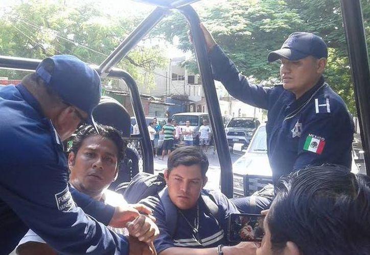 88 maestros de la CNTE de Oaxaca que durante horas mantuvieron en la zozobra a los ciudadanos en varias casillas, por destrozos y otros delitos, finalmente fueron arrestados. En la foto, algunos de ellos. (imparcialoaxaca.mx)