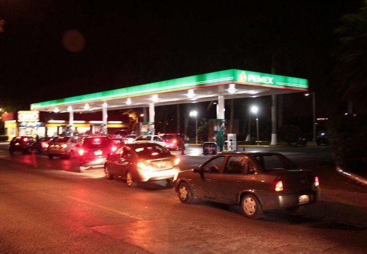 Yucatán cierra el 2016 con un alza en el costo del transporte público y abre el 2017 con un 'gasolinazo'. (En las fotos, filas de coches este viernes por la noche previo al 'gasolinazo')