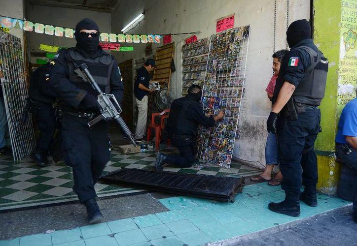 Agentes ministeriales aseguran discos y películas en un puesto del centro de Mérida. (Archivo/SIPSE)