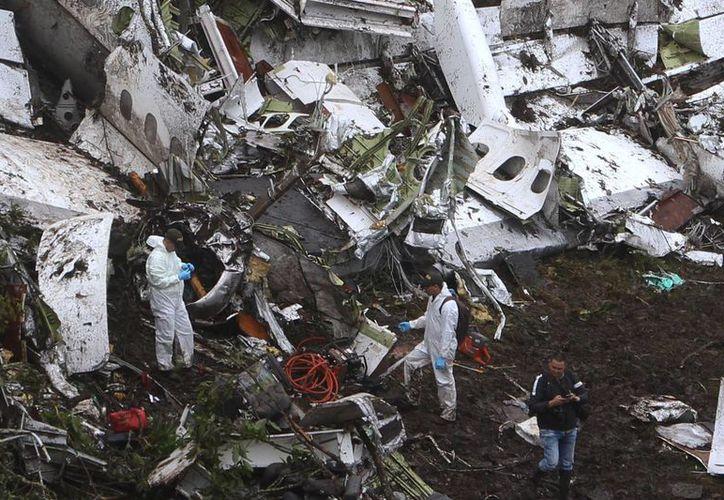 Equipos de rescate recuperan, este martes 29 de noviembre de 2016, los cuerpos del avión accidentado en el municipio de La Unión, departamento de Antioquia. (EFE)