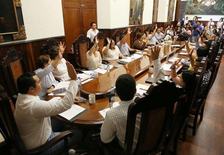 Al terminar la sesión de Cabildo, el Alcalde habló de las luminarias. (SIPSE)