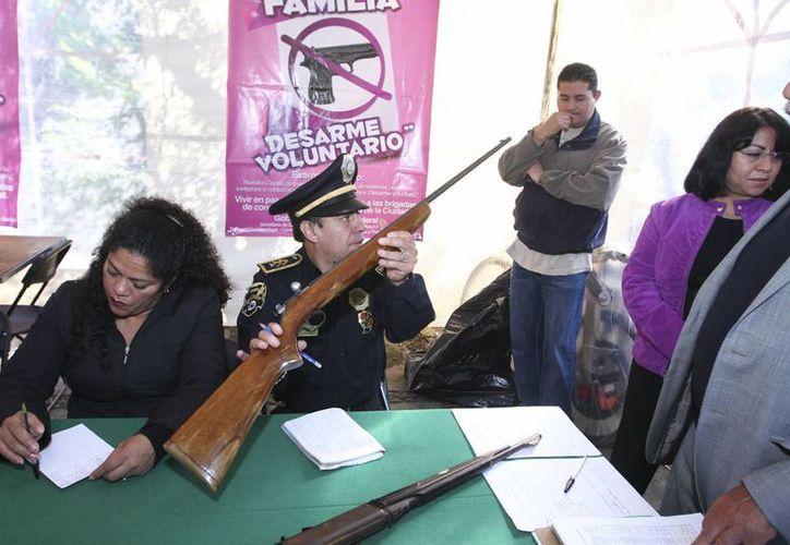 Con motivo de la tragedia en un cine de Iztapalapa, se realizó en la capital de país un programa de desarme voluntario. (Notimex)