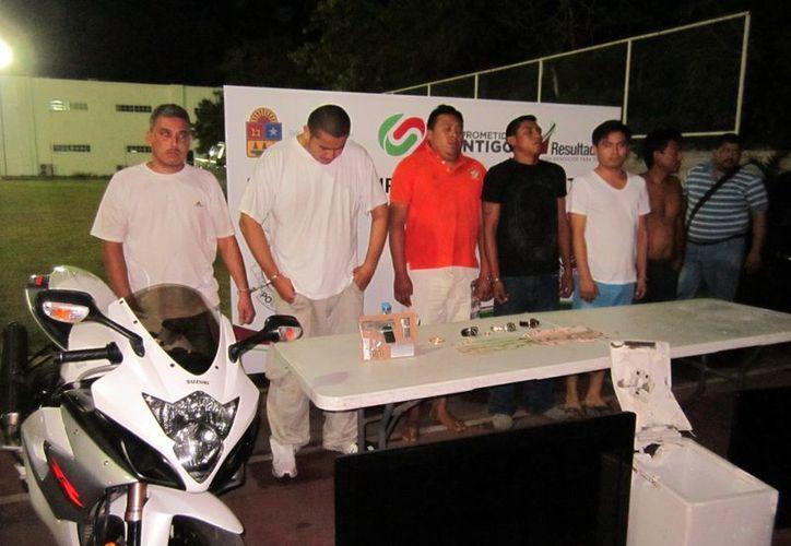 Junto con el aseguramiento de la banda de delincuentes se recuperaron tres relojes de lujo, 65 mil pesos en efectivo, así como dos vehículos, una motocicleta de pista y una camioneta. (Redacción/SIPSE)