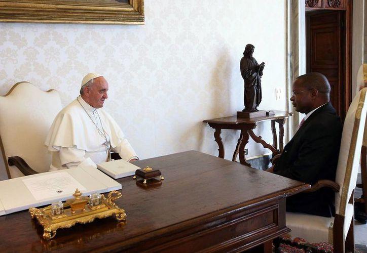 El Papa Francisco durante su reunión con el primer ministro de Mozambique, Alberto Clementino Vaquina. (Agencias)