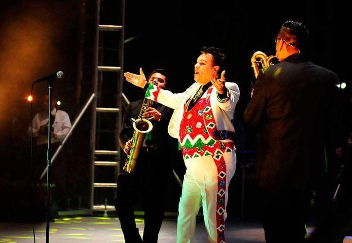 Unas 140 mil personas corearon las canciones de 'El Divo de Juárez', durante un concierto en la tierra que, como artista, lo vio nacer. (NTX)
