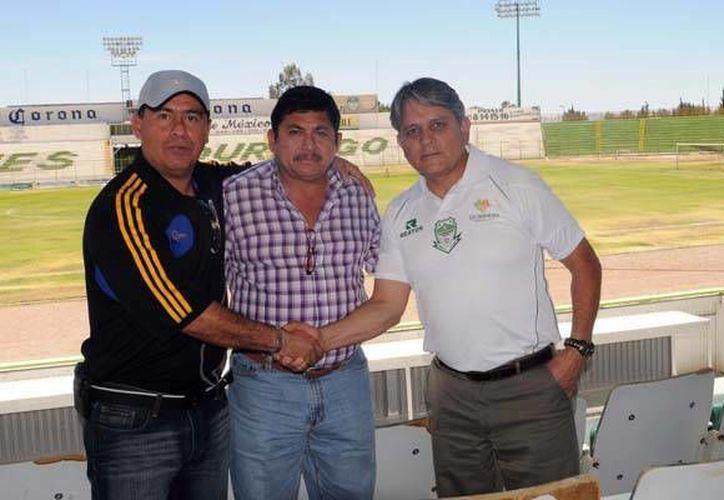 Serio Contreras, José Vázquez Ávila y el Dr. Serio Ávila previo al juego ida de la gran final. (enascenso.com)