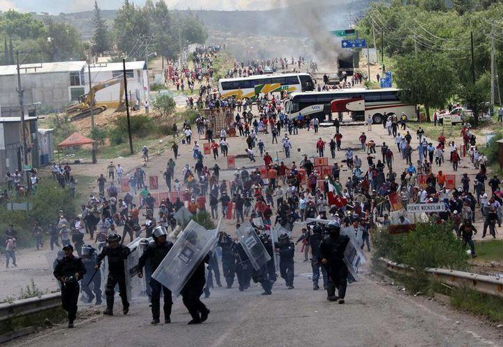 Los agentes federales aseguran que en ningún momento recibieron la instrucción de agredir a los pobladores de Nochixtlán. (Archivo/Agencias)