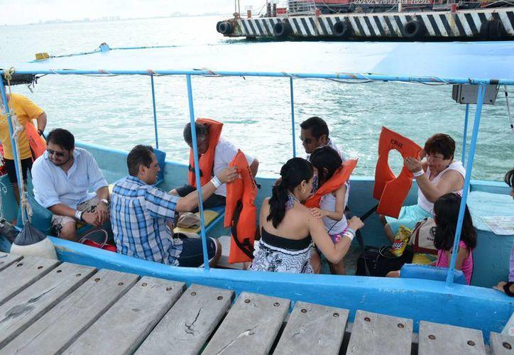 Las embarcaciones tienen capacidad para trasladar de 12 a 16 personas en cada viaje. (Victoria González/SIPSE)