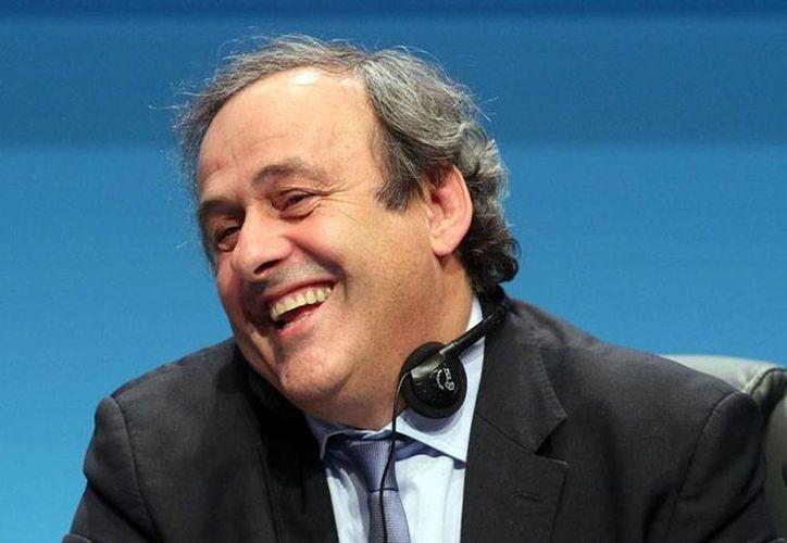 Michel Platini, más que contento: fue reelecto como presidente de UEFA, por tercer periodo consecutivo. (AP)