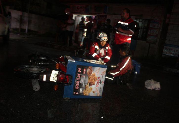 El motociclista fue atendido por Paramédicos de la Cruz Roja por daños menores. (Foto: Redacción)
