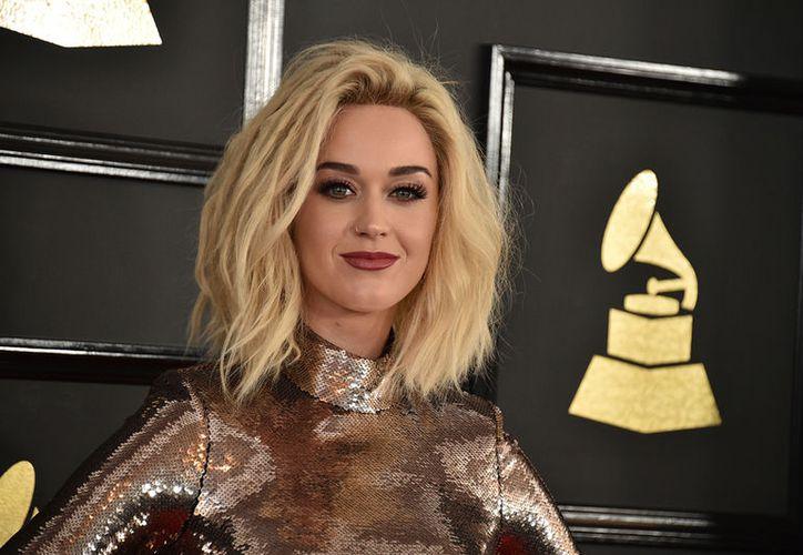 Katy Perry recibió el premio Human Rights Campaign, y en ese contexto habló sobre parte de su sexualidad. La foto es de archivo y corresponde a su llegada a la ceremonia de los premios Grammy, en febrero pasado. (AP)
