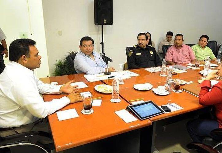 El comandante Luis Felipe Saidén Ojeda (en la foto en la reunión de seguridad) dispuso los nuevos nombramientos. (SIPSE)
