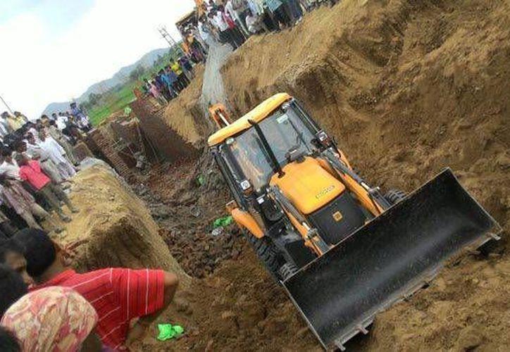 Imagen del lugar donde se derrumbó un muro en India, incidente que dejó varios heridos. (hindustantimes.com)