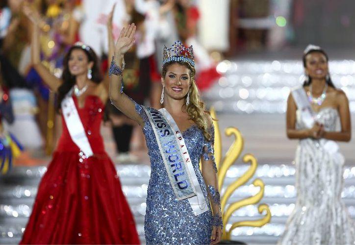 Mireia Lalaguna se convirtió este sábado en la primera española en conseguir el título de Miss Mundo, esto en la edición número 65 del certamen, celebrado en Sanya, ciudad de China. (Imágenes de AP)