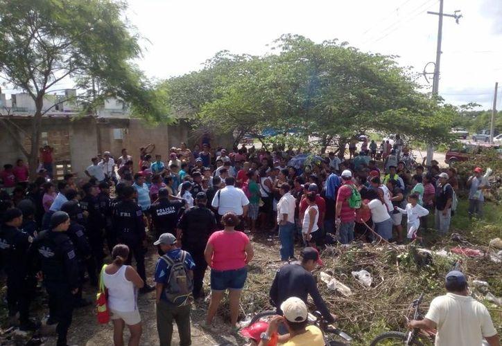 El enfrentamiento inició cuando las personas bloquearon la avenida Costa Maya. (Redacción/SIPSE)