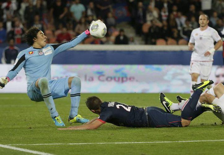 Ochoa durante un enfrentamiento contra el poderoso Paris Saint Germain. (futboltotal.com.mx)