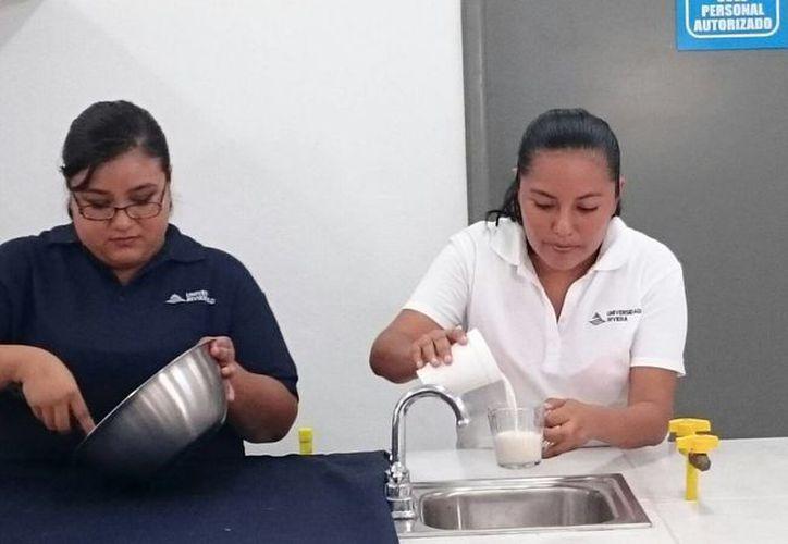 Las estudiantes de Playa del Carmen que crearon el pan de sargazo quieren patentar su 'invento'. (Octavio Martínez/SIPSE)