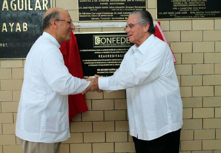 Rafael Pardo Hervás y Máximo Carvajal Contreras durante la ceremonia de reacreditación de la Confede a la Universidad Anáhuac Mayab. (Milenio Novedades)