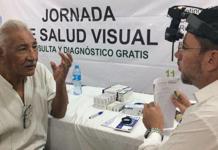 Don Martín Carmona habla con el especialista que le dio nuevas esperanzas. (Luis Soto/SIPSE)
