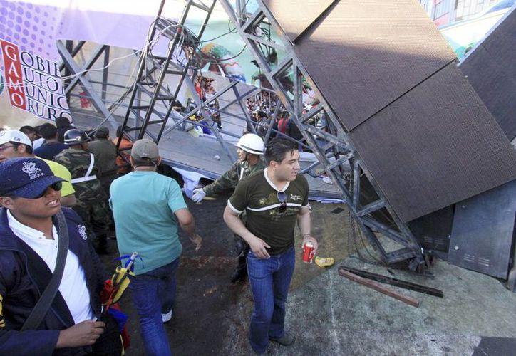 Según las autoridades bolivianas, la estructura metálica colapsó por sobrepeso, ya que en ella había muchos espectadores disfrutando del paso de músicos y bailarines participantes de los festejos. (Agencias)