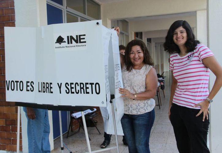 Una vez que el INE comience a dar reportes del conteo electoral preliminar de las elecciones, el buscador más importante ofrecerá resultados en tiempo real. Imagen de los funcionarios de una casilla electoral en Mérida. (Jorge Acosta/SIPSE)