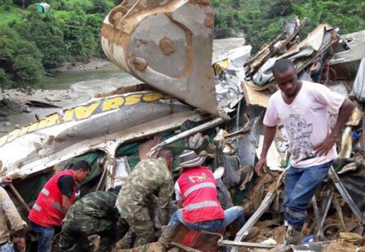 Tras el derrumbe, las autoridades policiales y los cuerpos de rescate iniciaron labores de búsqueda. (Ejército/bluradio.com)