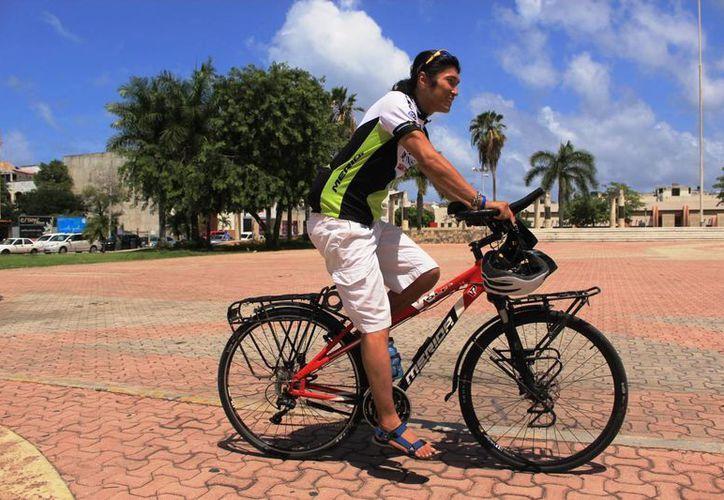 Jacky Chen, originario de Taiwán, llegó a Playa del Carmen desde Alaska, manejando una bicicleta. (Octavio Martínez/SIPSE)