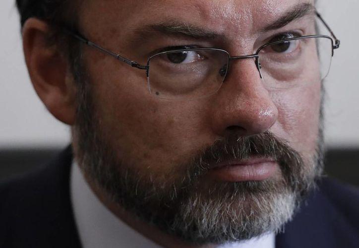 Luis Videgaray dejó en claro que el gobierno mexicano defenderá a los migrantes mexicanos ante las políticas del nuevo gobierno estadounidense. (AP/Rebecca Blackwell)