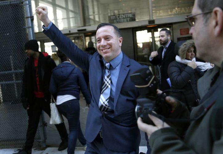 Johnny Hincapié levanta la mano al salir de la Corte de Nueva York, que resolvió no volverlo a enjuiciar por el asesinato de un turista y por el cual estuvo preso 25 años. (AP/Seth Wenig)