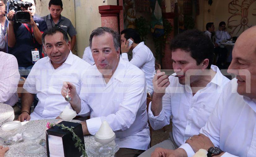 Luego del desayuno en la Hacienda El Triunfo, Meade se 'echó' un postre en Paseo de Montejo.  (Fotos: Jorge Acosta/Milenio Novedades)
