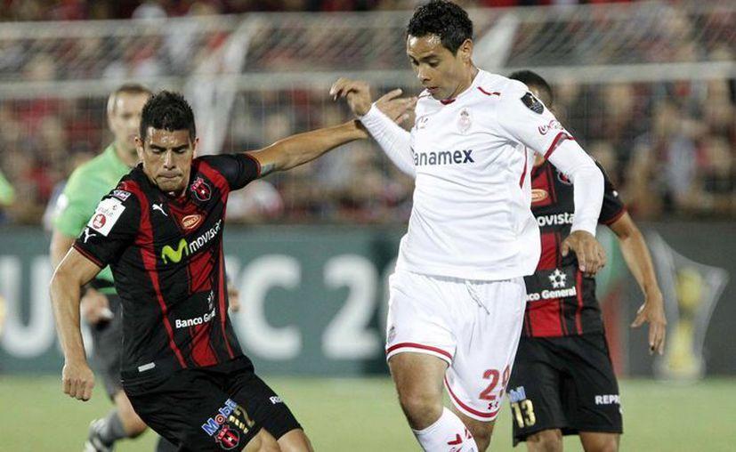 El jugador de Alajuelense Jhonny Acosta (i) disputa el balón con Raúl Nava (d), de Toluca, durante un partido por la Liga de Campeones de la Concacaf, en el estadio Alejandro Morera Soto, de Alajuela, Costa Rica. (EFE)
