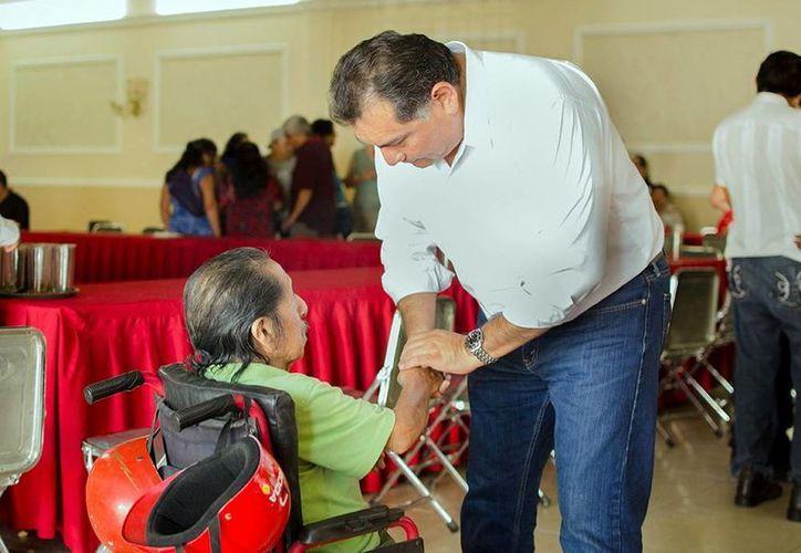 Víctor Caballero Durán convivió con gente discapacitada. (Milenio Novedades)