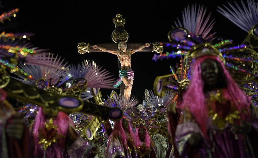 Miembros de la escuela de samba Grande Río desfilan durante las celebraciones del Carnaval en el sambódromo en Río de Janeiro, Brasil. (Foto: AP)
