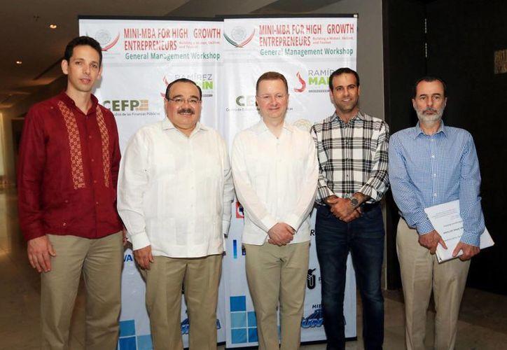 El rector de la Universidad Panamericana y el presidente del CCE de Yucatán, Juan José Abraham Dáguer, presidieron la clausura del curso, en el hotel Hyatt, entre otras personalidades. (Milenio Novedades)