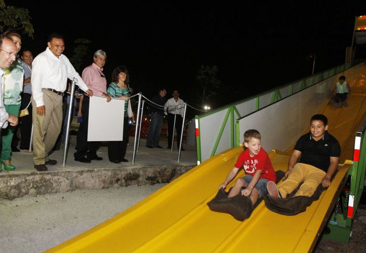 Acompañado por su esposa Sarita Blancarte y sus hijos, Monserrat y Rolando, el Ejecutivo recorrió el nuevo Actix Park. (Cortesía)