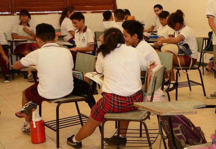Premiaran con un paquete de útiles el esfuerzo de los estudiantes de nivel básico. (Consuelo Javier/SIPSE)