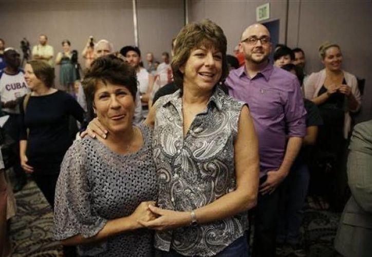 Mercy Leonard (izquierda) abraza a Gwen Leonard durante una concentración para celebrar el veredicto de un tribunal que rechazó la prohibición al matrimonio entre personas del mismo sexo en Nevada el martes 7 de octubre de 2014 en Las Vegas. (Agencias)