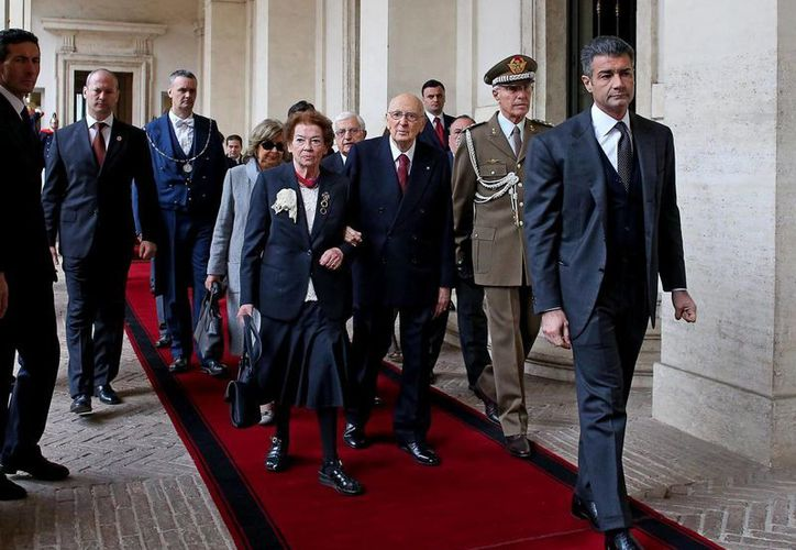 El presidente de la República de Italia, Giorgio Napolitano (3-d), abandona el Palacio presidencial del Quirinal acompañado por su esposa, Clio, en Roma, Italia. (EFE)