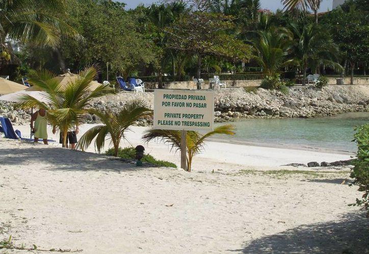 Algunos hoteles colocan letreros que prohíben la entrada a los arenales. (Rossy López/SIPSE)