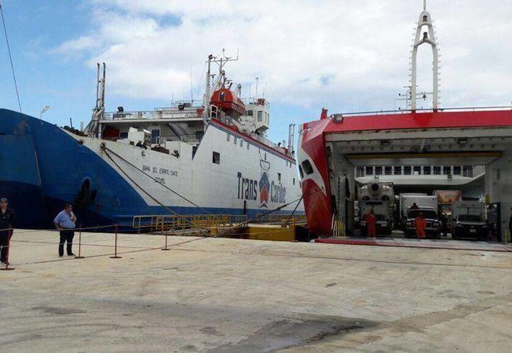 A modo de prevención por el huracán 'Earl', ayer se pusieron en operación dos transbordadores para el cruce de vehículos de Cozumel a Calica. (Irving Canul/SIPSE)