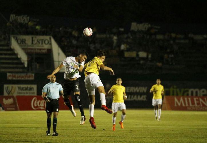 La lucha por la posesión del esférico fue dominada en su mayoría por Venados. (Foto: José Acosta/ Milenio Novedades)