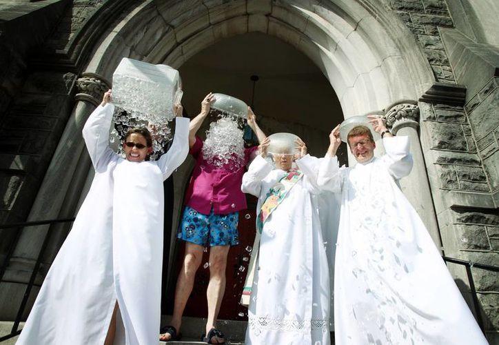 Religiosos de la Diócesis Episcopal del Oeste de Tenesí asumen el reto del agua helada de la asociación ALS, en la entrada de la Catedral de la Santa María en Memphis. (Agencias)