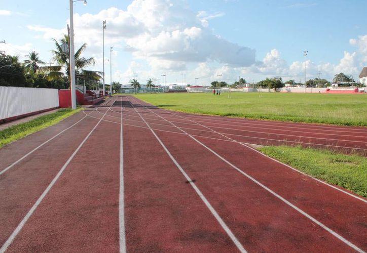 Los atletas y deportistas capitalinos abandonaron la pista de tartán, donde cada día se dan cita para ejercitarse. (Miguel Maldonado/SIPSE)