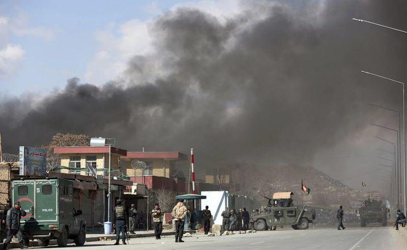Imagen de uno de los dos atentados de talibanes que golpearon este miércoles a Kabul, capital de Afganistán. Se reporta la muerte de varias personas y al menos 50 heridos. (AP Photo/ Rahmat Gul)