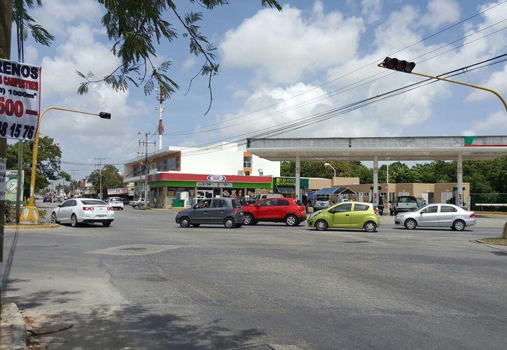 Los semáforos de la ciudad representaron fallas, por lo que Tránsito apoyó en el tráfico. (Foto: Redacción/SIPSE)