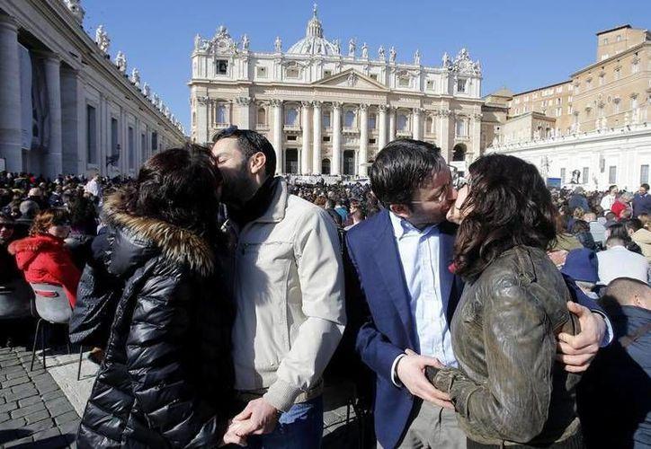 Más 25,000 personas con sus parejas, de 30 países, presenciaron la audiencia del Papa Francisco en la plaza de San Pedro en una tarde soleada. (vaticaninsider.lastampa.it)
