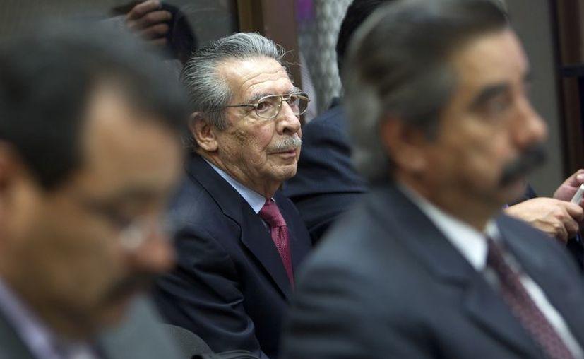 El exgeneral guatemalteco José Efraín Ríos Montt (c) asiste al Tribunal Primero B de Mayor Riesgo en Ciudad de Guatemala. (EFE)