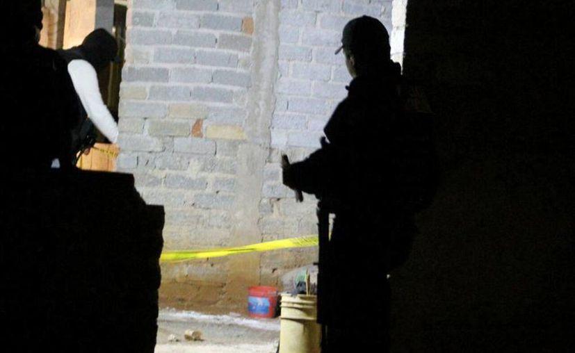 Hallan los cuerpos de 5 mujeres dentro de un vehículo en Zacatecas. Imagen de contexto de un policía tomando datos, donde se cometió un homicidio. (ntrzacatecas.com)