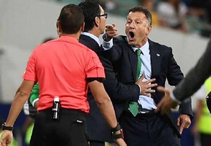 Minutos antes de que eso ocurriera, Humberto Sierra, auxiliar de Osorio, igualmente se hizo de palabras con el cuerpo técnico de los 'Kiwis'. (Foto: Getty)